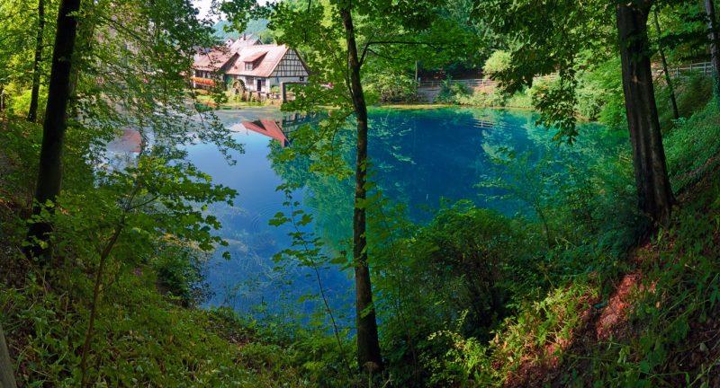 Der Blautopf in Blaubeuren mit Hammermühle