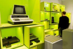 """Meilensteine der Heimcomputer und Spielkonsolen (""""Wall of Hardware"""") im Computerspielemuseum Berlin"""