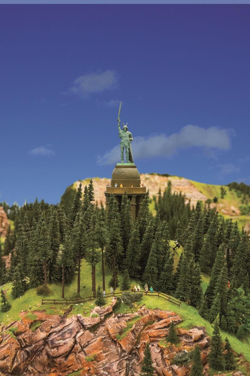 Das Denkmal zu Ehren von Arminius dem Cherusker steht in 80 cm Höhe über der Freilichtbühne