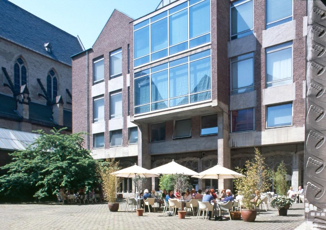 Museum für Angewandte Kunst Köln. Blick in den Innenhof mit Café Canapé