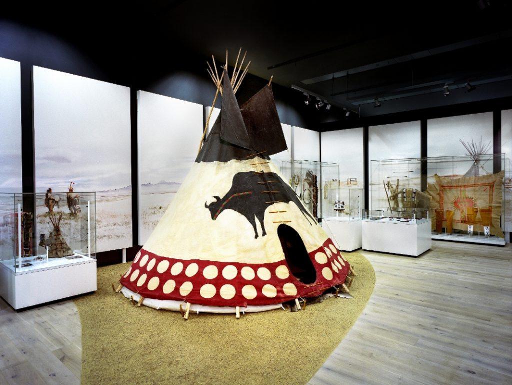 """Raumbild """"Lebensräume – Lebensformen: Plains – Zusammenleben der Generationen"""" Themenparcours """"Der Mensch in seinen Welten"""" Rautenstrauch-Joest-Museum – Kulturen der Welt"""