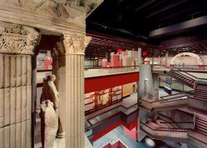 Das Poblicius-Grabmal im Römisch-Germanischen Museum; im Hintergrund Teile der Dauerausstellung
