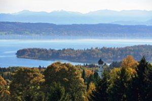 Blick über den Starnberger See in Richtung Alpen