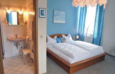 Zimmerbild hellblau, Hotel Grader Neustadt