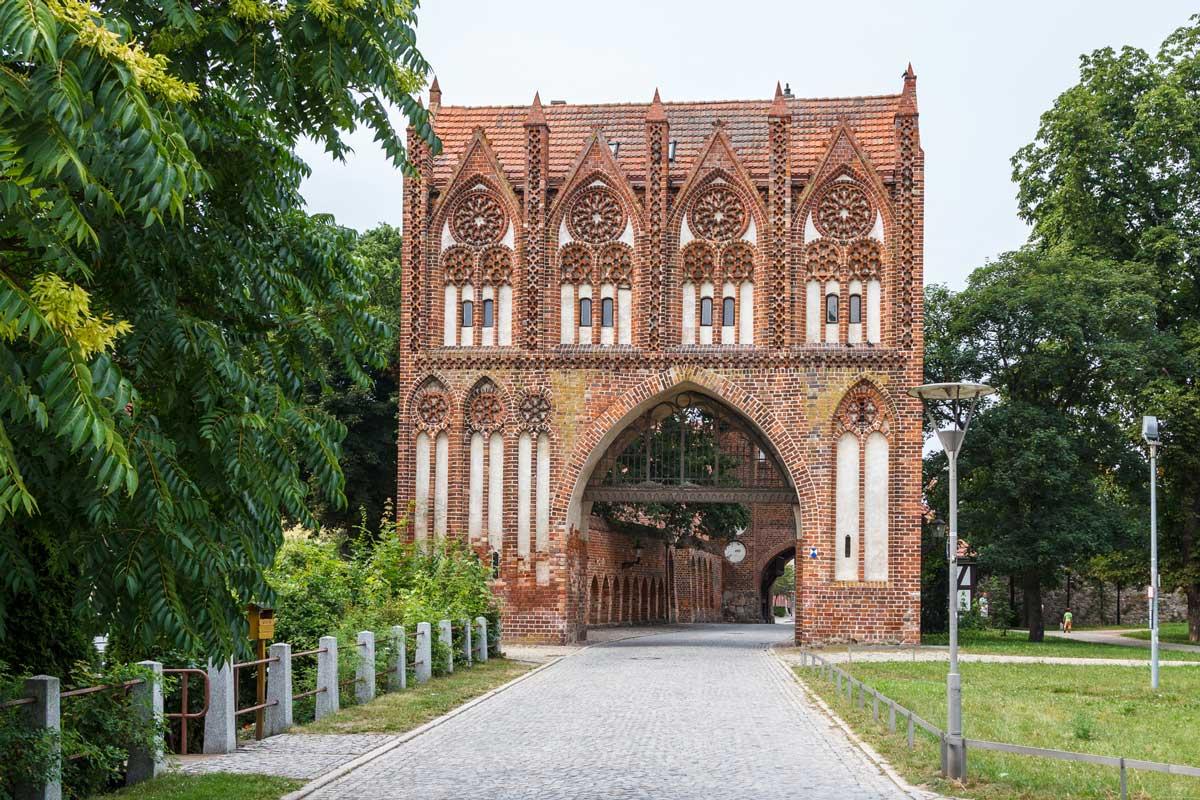 Stargarder Tor, mittelalterliche Wall- und Wehranlage Neubrandenburg - Mecklenburgische Seen-Radweg