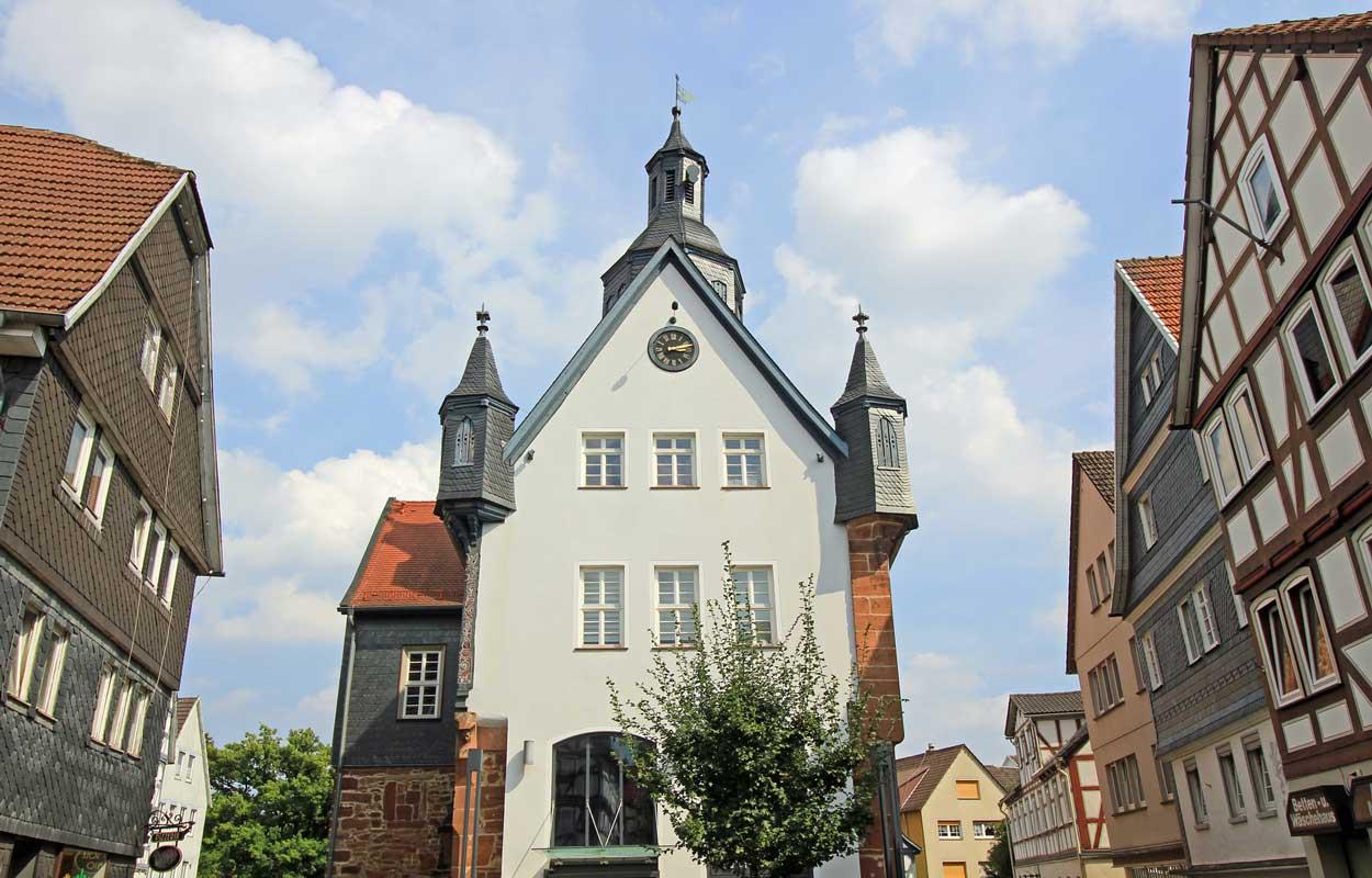 Rathaus in Schwalmstadt-Treysa - Bahnradweg Rotkäppchenland