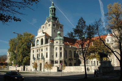 """Bayerisches Nationalmuseum, Außenansicht mit """"Forum"""" vor dem Museumseingang"""