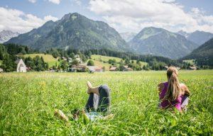 Paar in Wiese vor Bergen