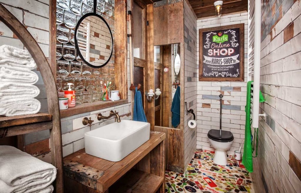 Bad, Alles paletti – Karls Upcycling Hotel