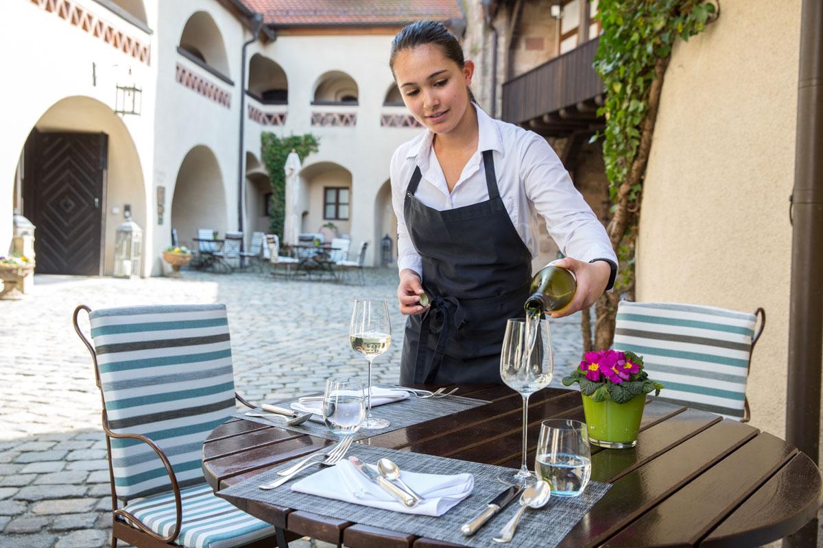 hotel-burg-wernberg-speisen-im-innenhof