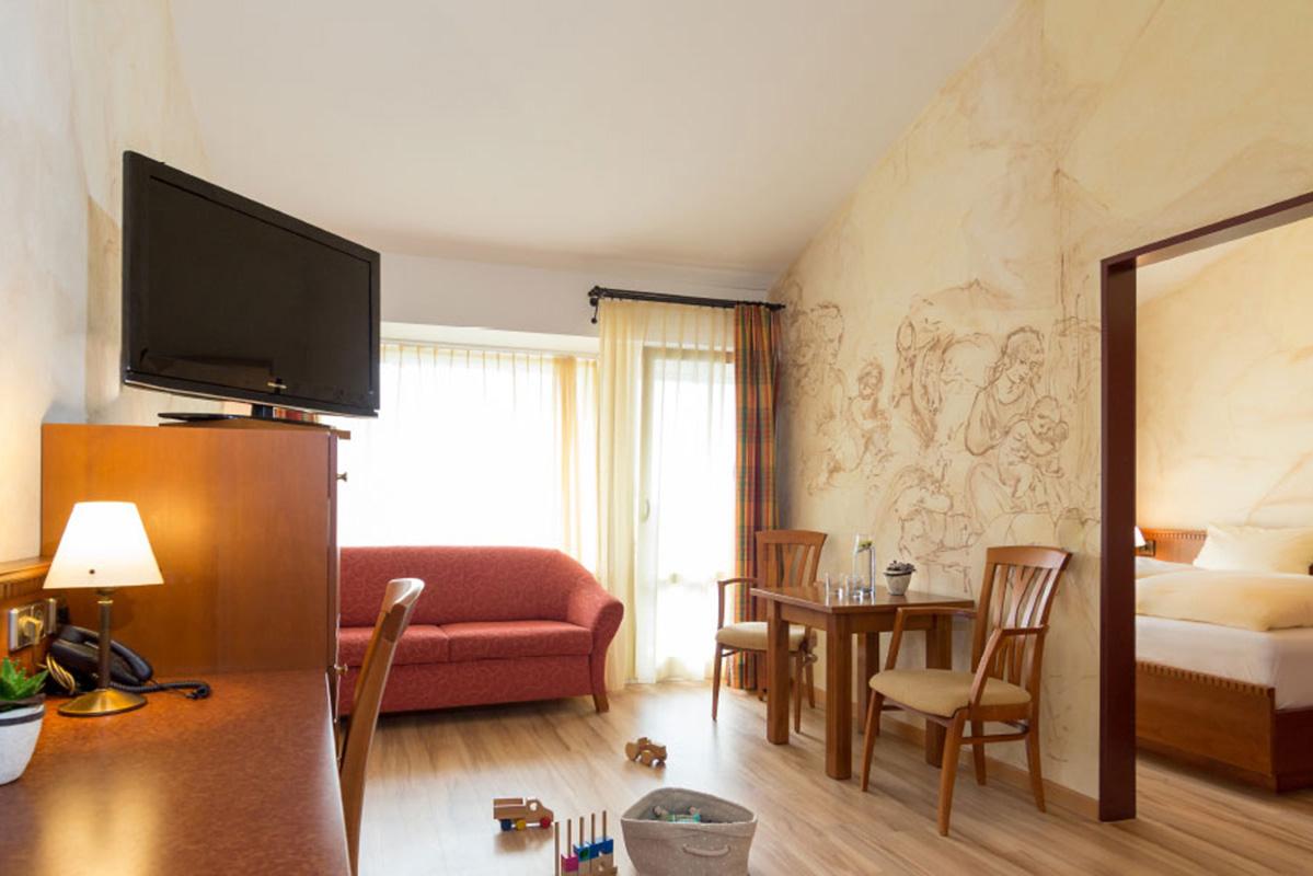 hotel-wirtshof-zimmer-wohnbereich