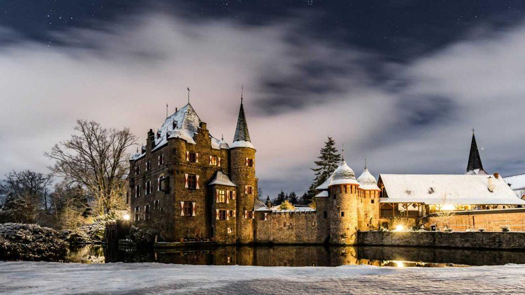 Winterliche Burg Satzvey - romantische Weihnachtsmärkte
