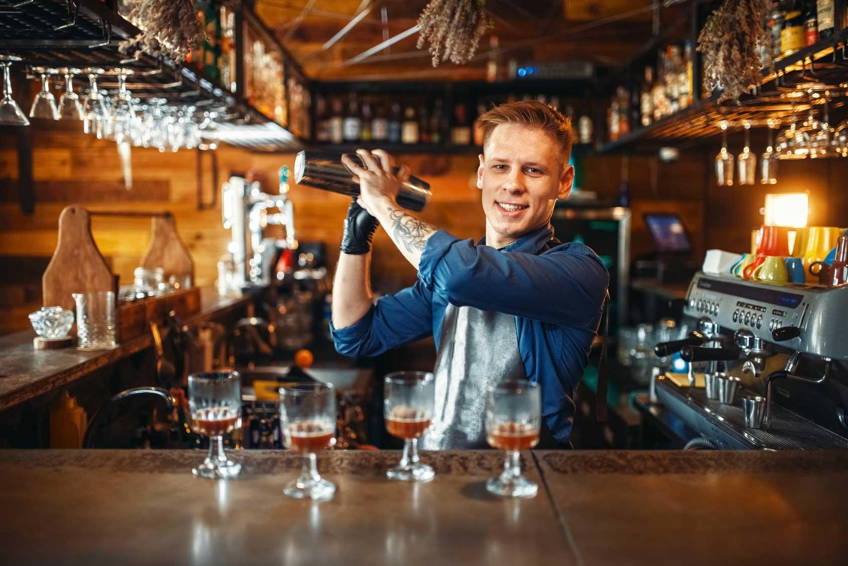 Bartender mit Cocktailshaker an der Bar - Cocktailkurs