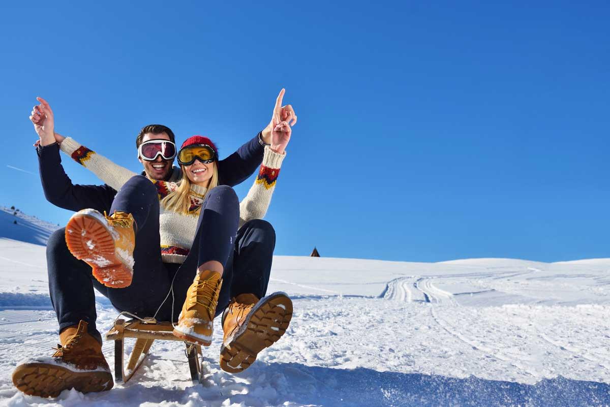 Paar beim Winterrodeln