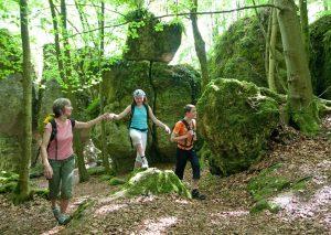 """Wanderer unterwegs auf dem Erzweg bei der """"Steinernen Stadt"""", einer beeindruckenden Felsansammlung im Wald nahe Auerbach"""