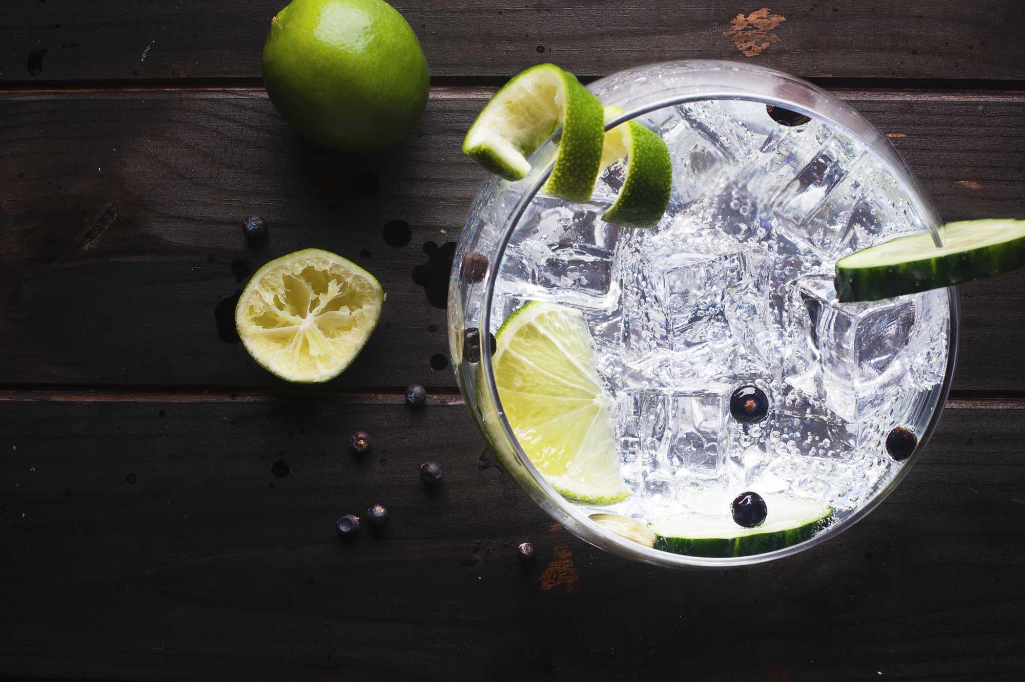 Gin auf Eis mit Limette
