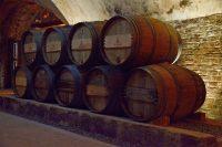 Weinfässer in der Winebank in Köln