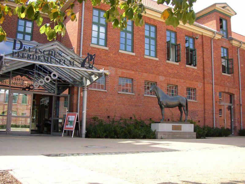 Außenansicht - Deutsches Pferdemuseum