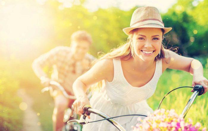 Paar mit dem Fahrrad im Frühling