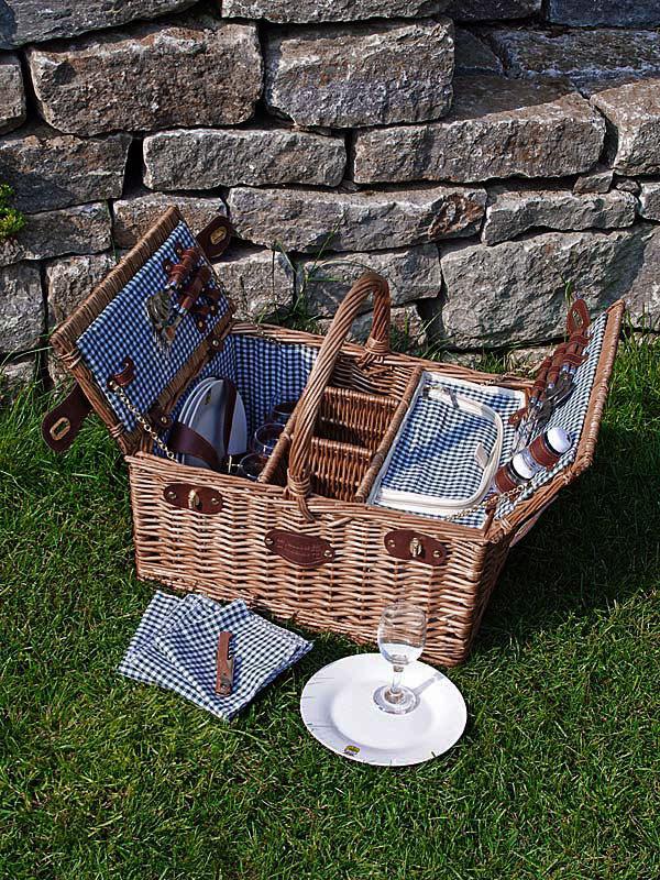 Picknickkorb geöffnet mit Besteck und Geschirr