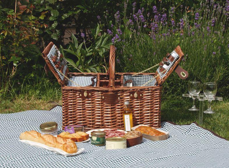 Picknick mit Korb und Decke