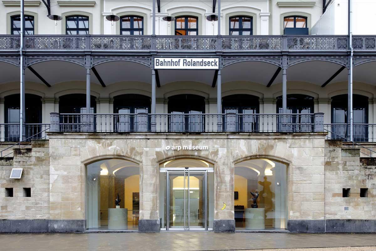Eingang zum Arp Museum