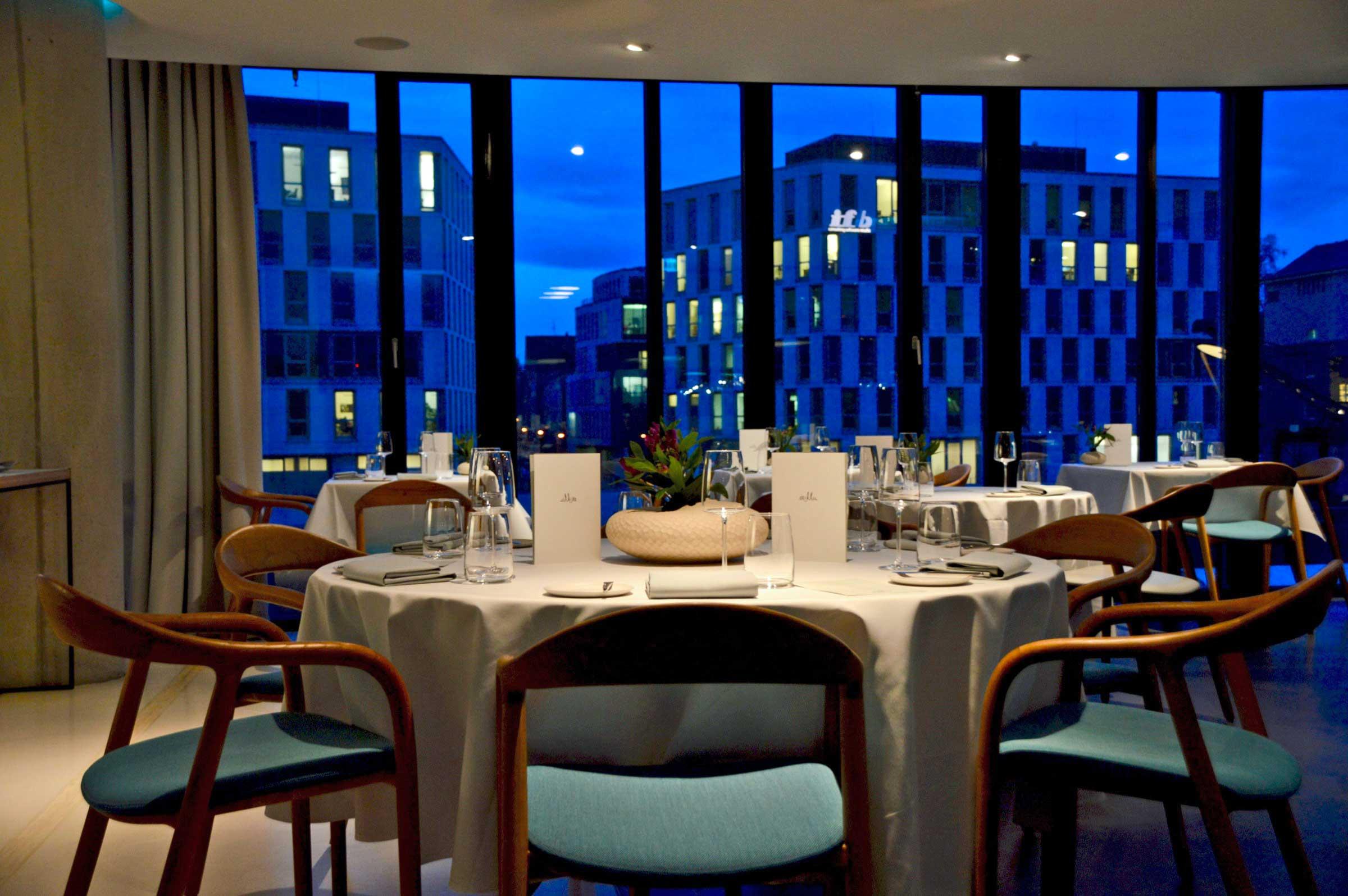 Tisch mit Aussicht im Restaurant Ox und Klee in Köln