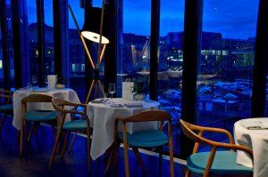 Tisch am Fenster im Restaurant Ox und Klee in Köln