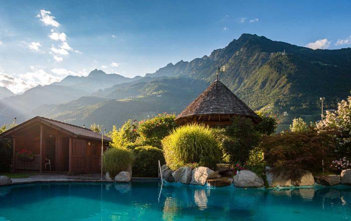 Panorama-Außenpool im Hotel Wiesenhof, Algund, Südtirol