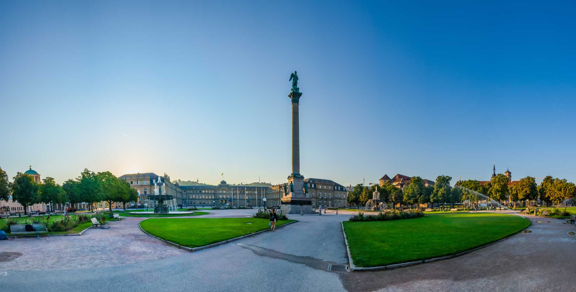 Stuttgarter Schlossplatz an einem Sommermorgen