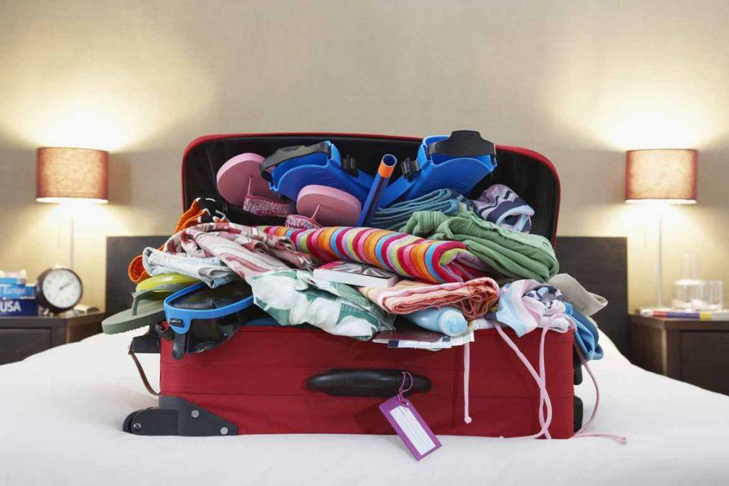 Koffer voller Kleidungsstücke