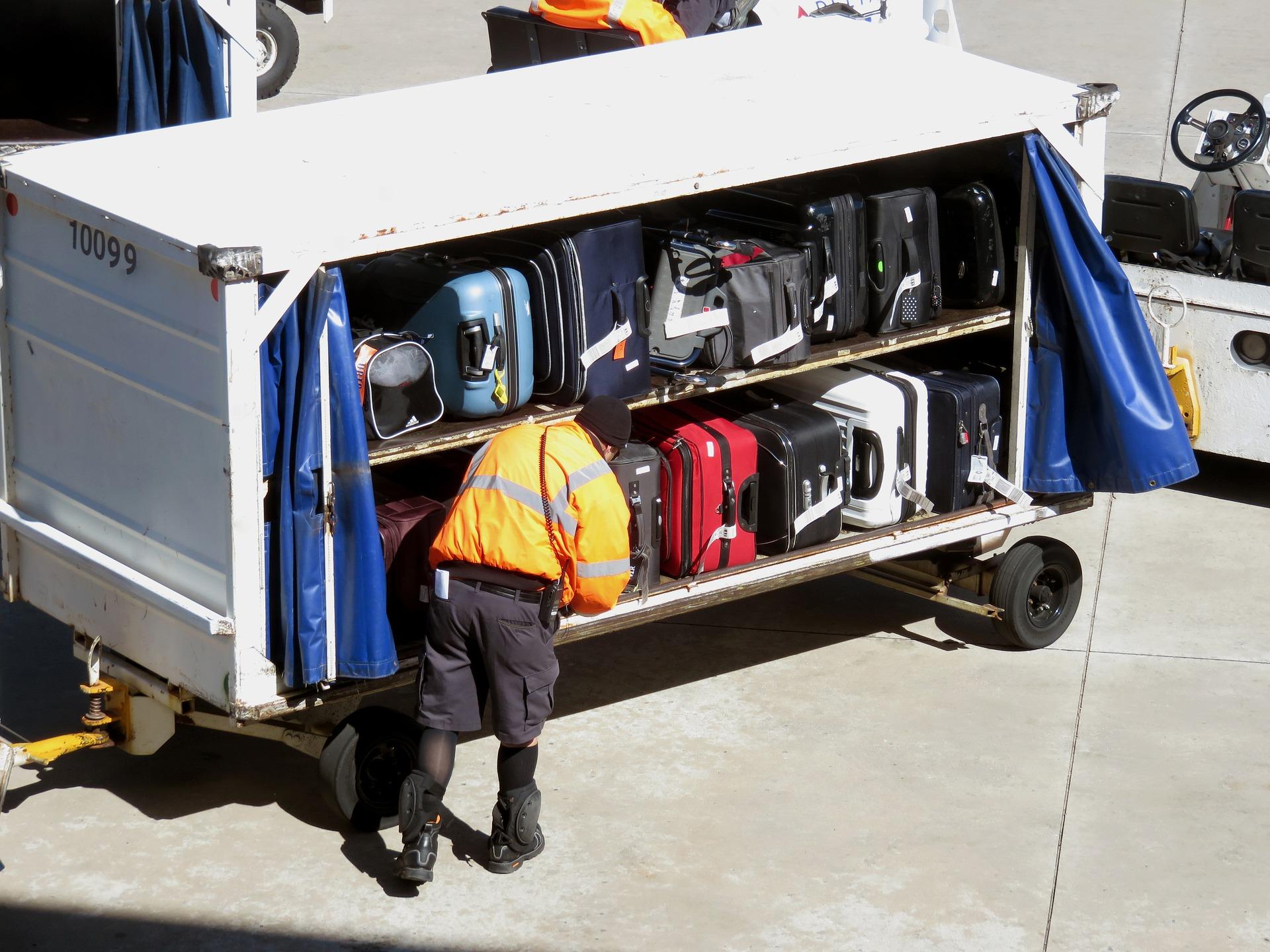 Gepäckstücke beim Verladen