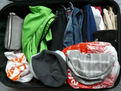 Koffer mit Kleidungsstücken gepackt