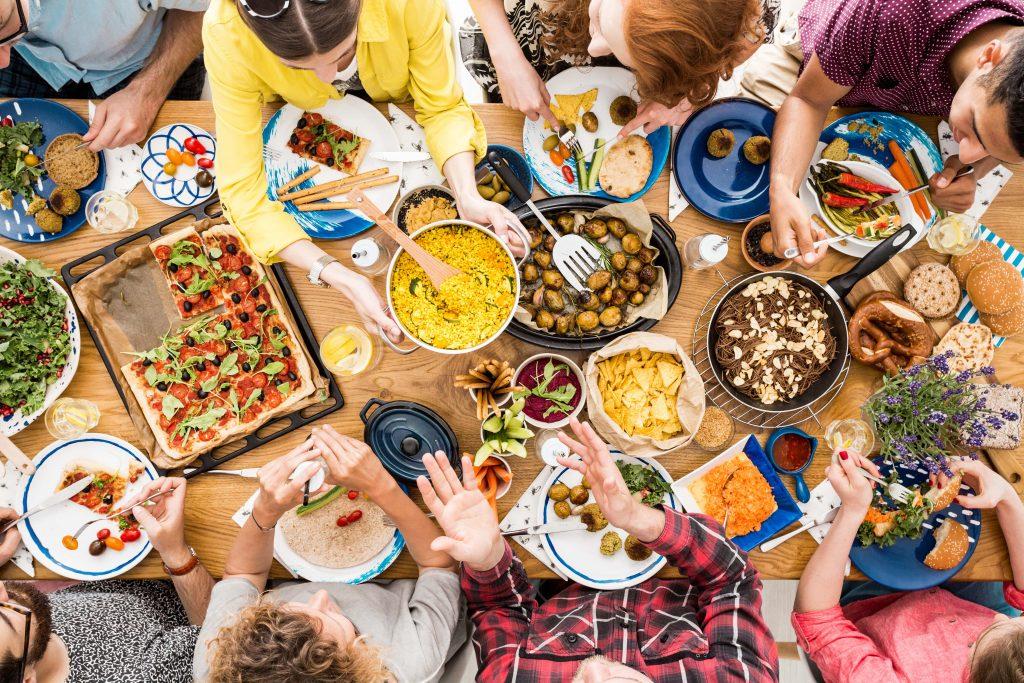 Freunde essen gemeinsam