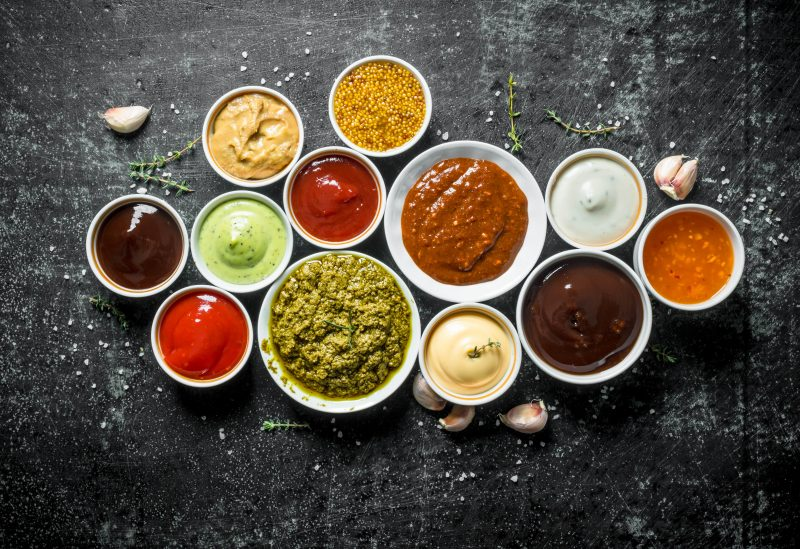 verschiedene Dips und Saucen