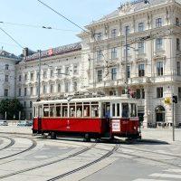 Historische Straßenbahn auf dem Weg durch Wien, Tramwaymuseum