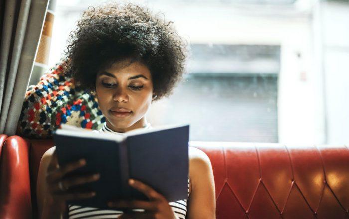 frau mit buch - Büchercafés