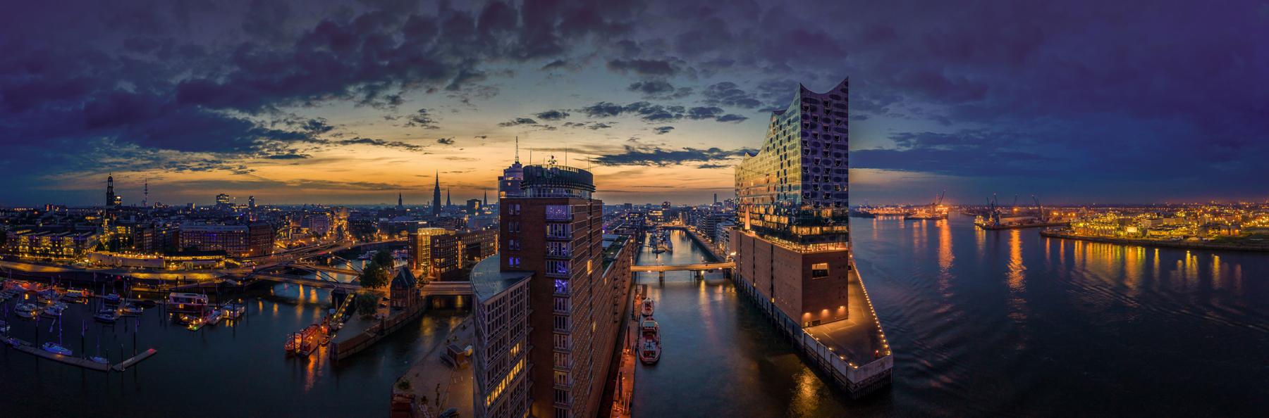 Blick auf Hamburg und die Elbphilharmonie bei Dämmerung