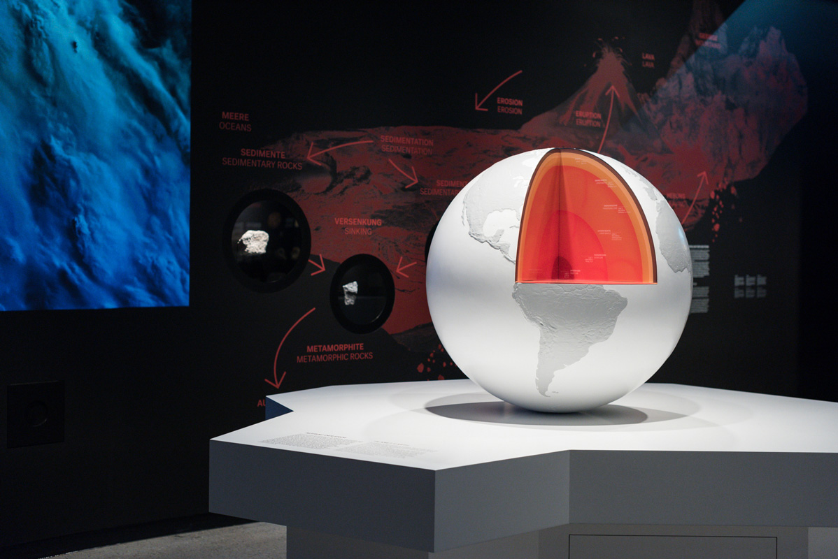 "Blick in den Rundgang ""Bodenschätze"" der Dauerausstellung des Deutschen Bergbau-Museums Bochum"