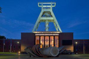 Außenansicht Deutsches Bergbau-Museum Bochum in der Dämmerung