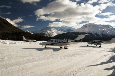 Privatjets in St. Moritz in der Schweiz im Winter