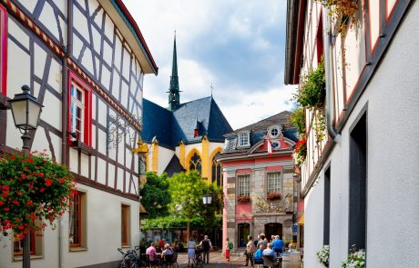 Innenstadt mit Fachwerkhäusern und Blick auf die Kirche in Bad Neuenahr-Ahrweiler