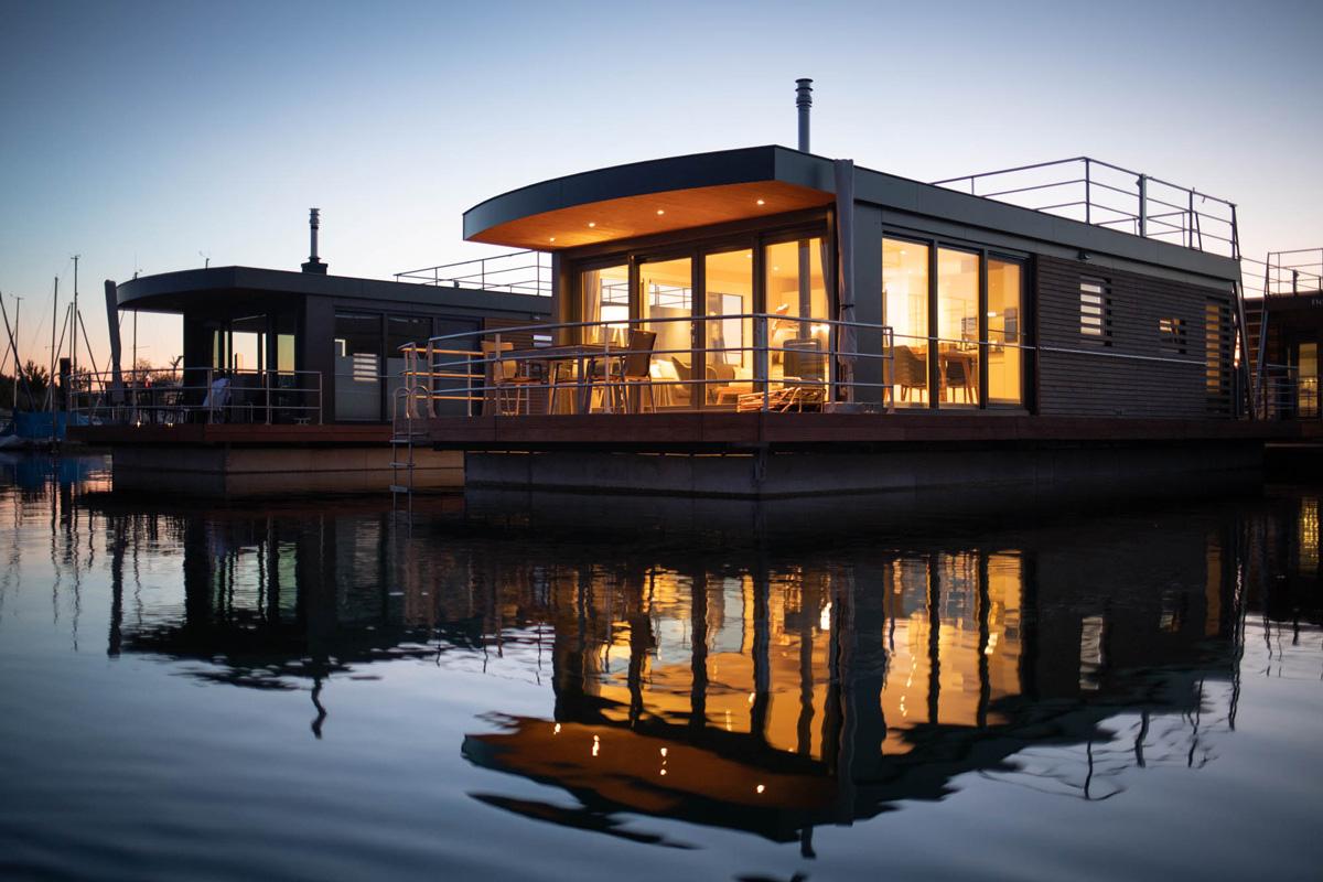 Floating Village Brombachsee, Haus bei Nacht