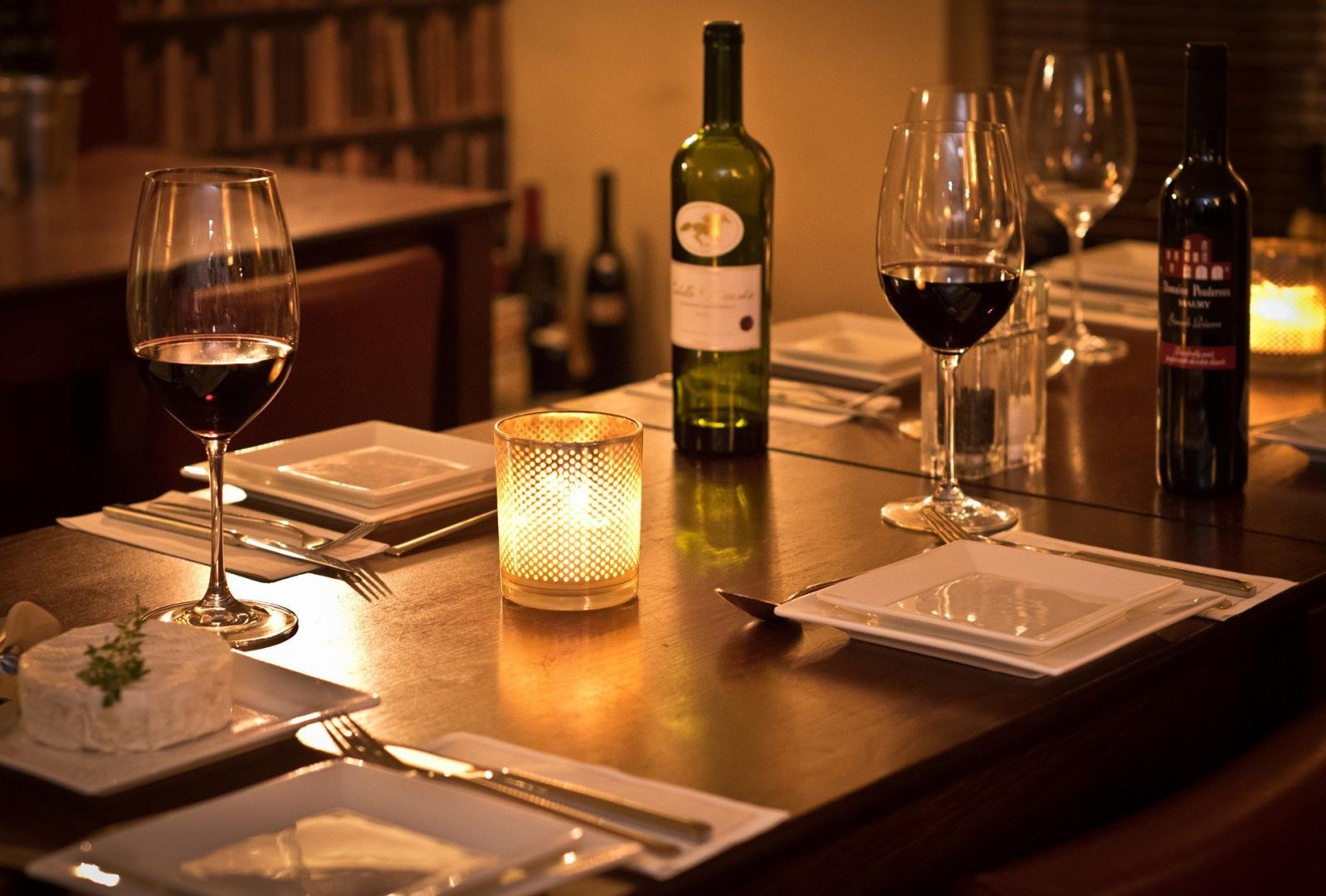 Im Bistro Gedeckter Tisch mit Wein und Kerzenlicht