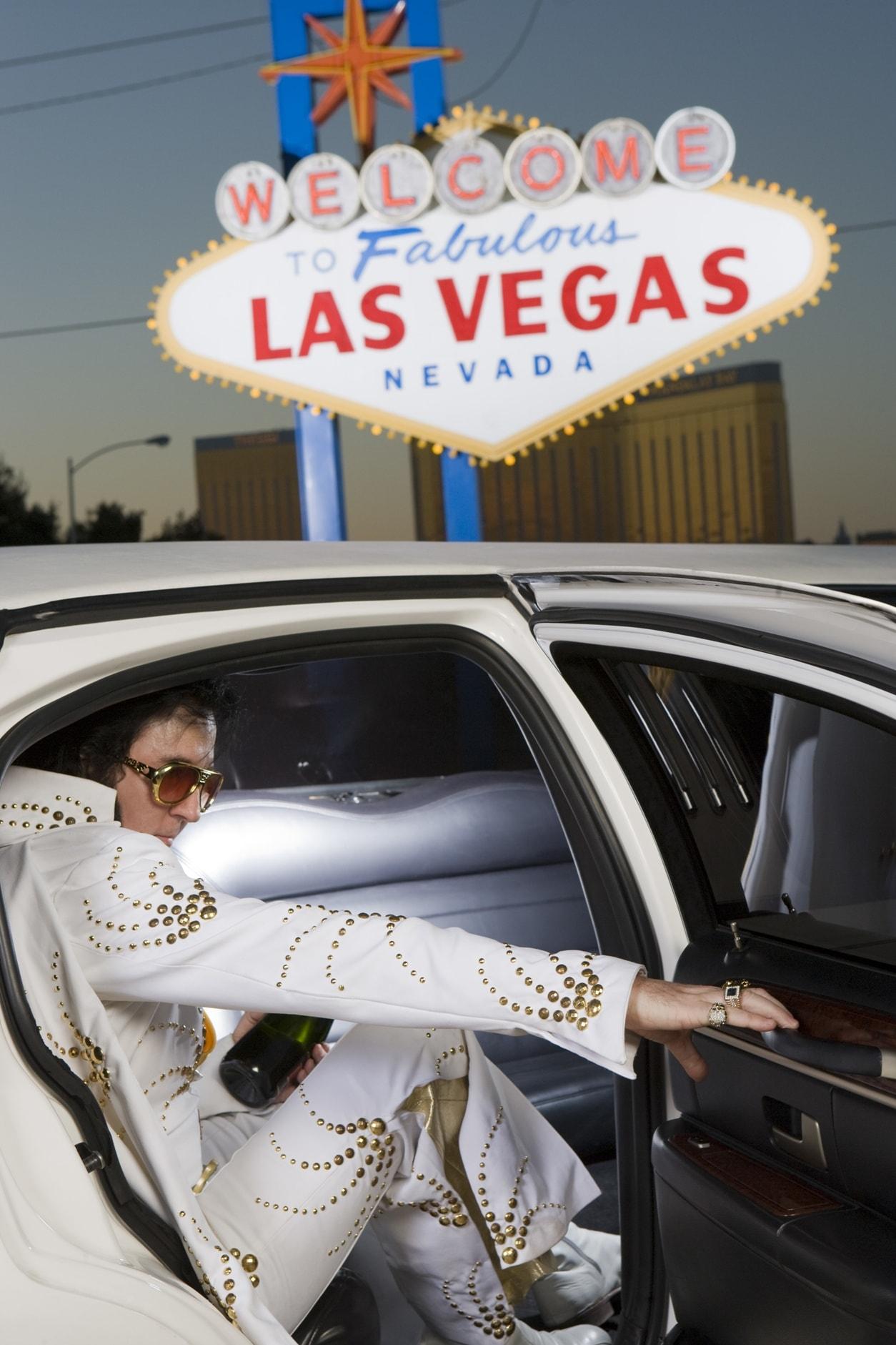 Elvis Imitator steigt in Las Vegas aus einer Limousine