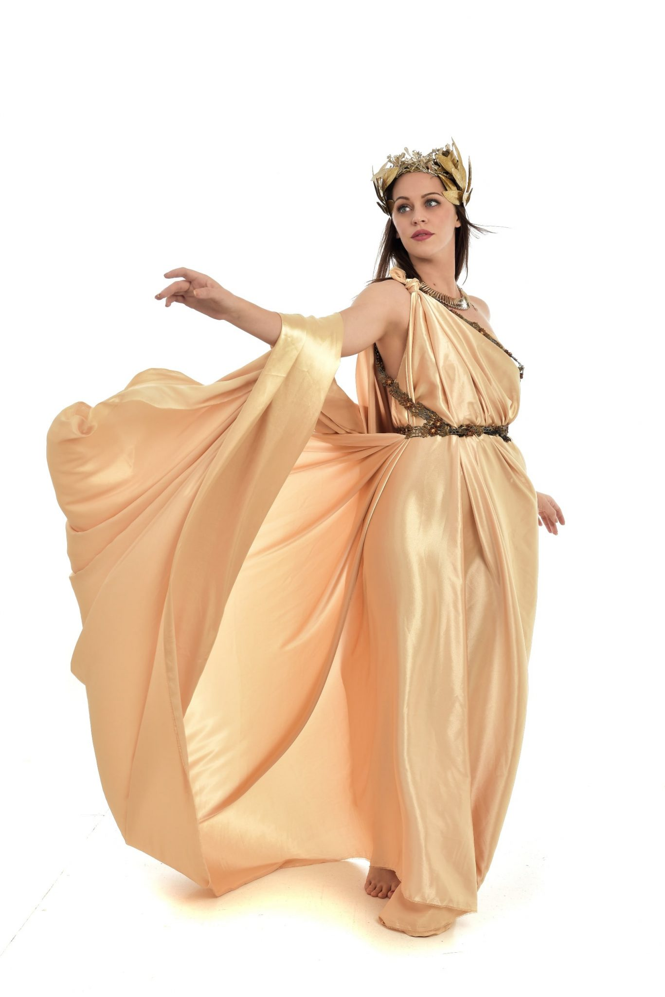 Junge Frau im Altgriechischem Gewand aus goldfarbenem Stock