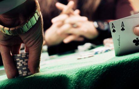 Kartenspieler am Spieltisch mit Jetons und Karten und Whisky