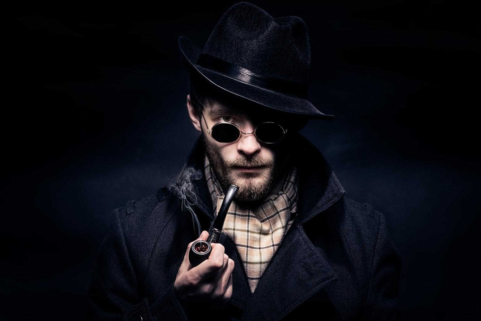 Mann im Sherlock Holmes Kostüm