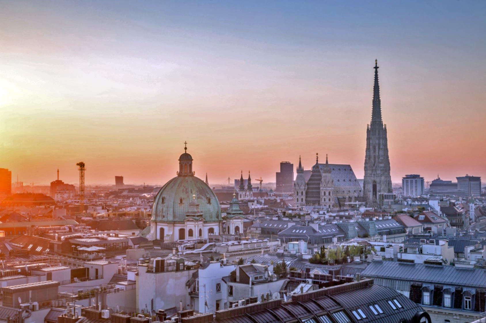 Blick auf die Dächer von Wien bei Sonnenuntergang