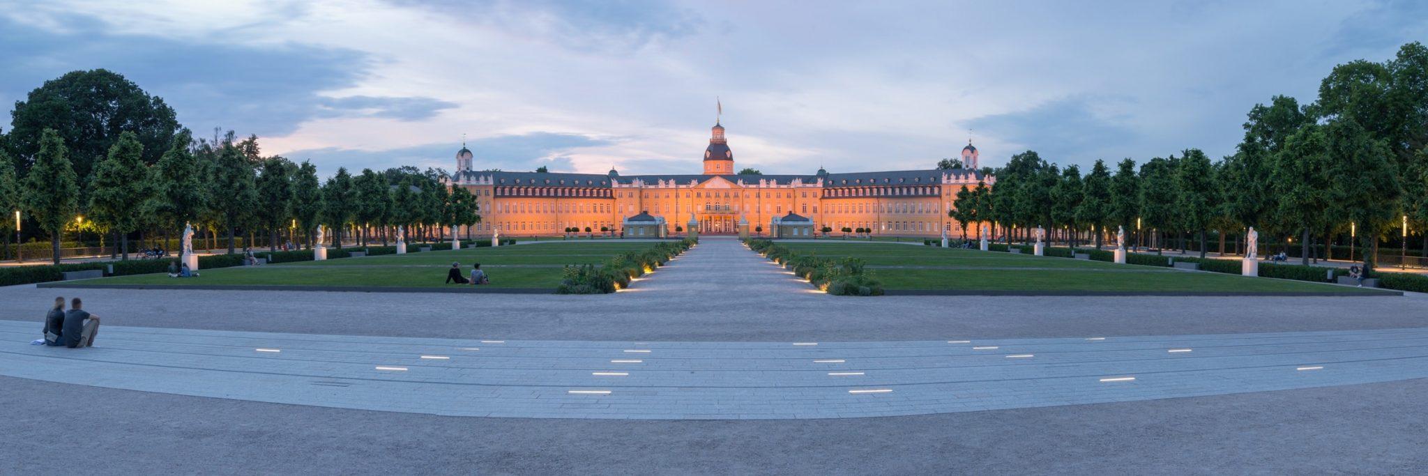 Karlsruher Schloss und Park im Abendlicht